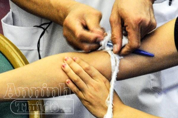 Chi tiết ảnh quy trình sơ cứu vết thương mạch máu do tôn cắt, hoặt vật nhọn cứa ảnh 8