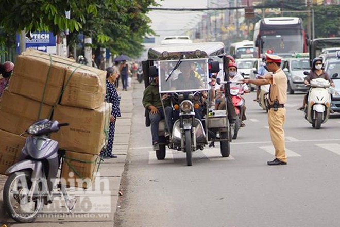 CATP Hà Nội đã triển khai tăng cường tổng kiểm tra, xử lý nghiêm tất cả các trường hợp xe tự chế chở quá khổ, quá tải, cồng kềnh trên phố