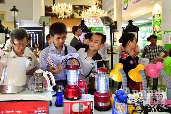 Gian hàng của công ty Điện Quang (Việt Nam) thu hút khách hang với những sản phẩm phục vụ cho sinh hoạt