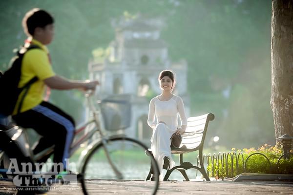 Nữ sinh Đại học Phương Đông, Nguyễn Thị Nhung (1995) tươi tắn bên hồ Gươm