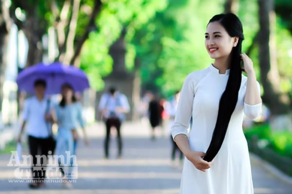 Ngắm nữ sinh tài sắc đẹp mơ màng trong nắng thu Hà Nội ảnh 8