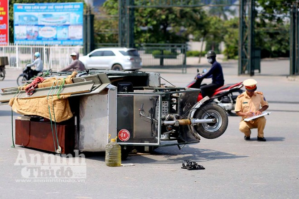 Hiện trường một vụ tai nạn do xe ba bánh chở hàng cồng kềnh gây ra ngày 28-9 tại Hà Nội
