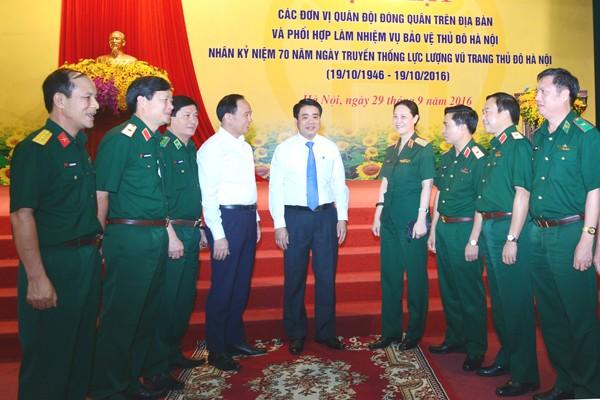 Chủ tịch UBND TP Hà Nội Nguyễn Đức Chung cùng các đại biểu lực lượng vũ trang Thủ đô tại buổi gặp mặt