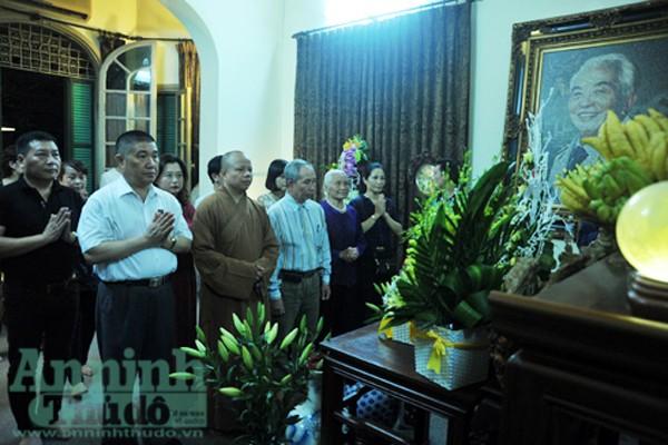 Đúng 19h30, một số người dân vào thắp hương thưởng nhớ Đại tướng Võ Nguyên Giáp