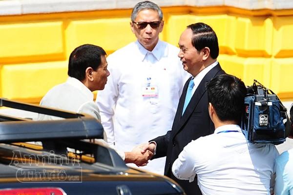 Chủ tịch nước CHXHCN Việt Nam Trần Đại Quang trân trọng đón tiếp Tổng thống Philippines