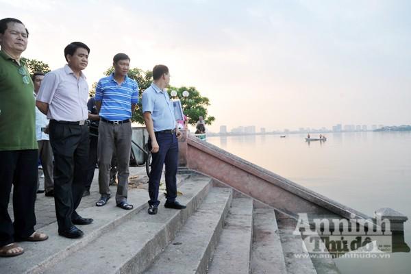 Chủ tịch UBND TP Nguyễn Đức Chung trực tiếp thị sát, chỉ đạo khắc phục tình trạng cá chết ở hồ Tây