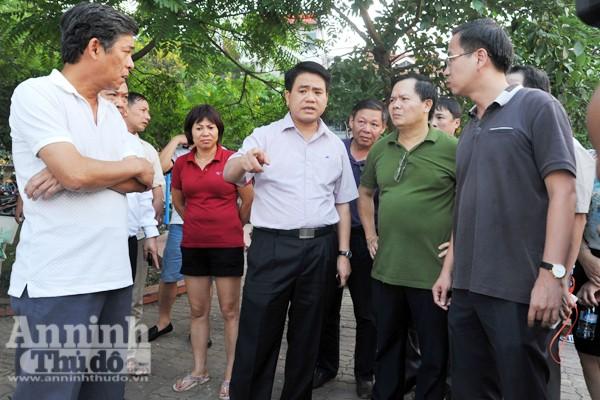 Chủ tịch UBND TP Nguyễn Đức Chung thị sát và chỉ đạo khắc phục tình trạng cá chết ở hồ Tây