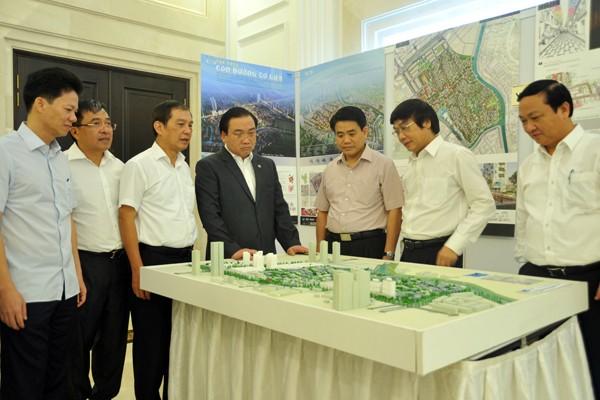 Bí thư Thành ủy Hà Nội Hoàng Trung Hải và Chủ tịch UBND TP Nguyễn Đức Chung tham quan sa bàn quy hoạch làng nghề truyền thống Vạn Phúc