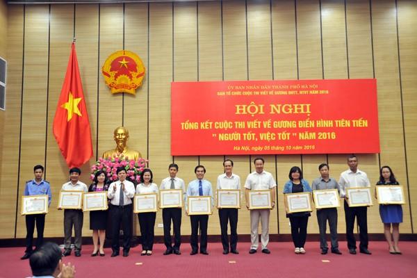 Phó Chủ tịch UBND TP Ngô Văn Quý tặng bằng khen của UBND TP cho các tập thể và cá nhân