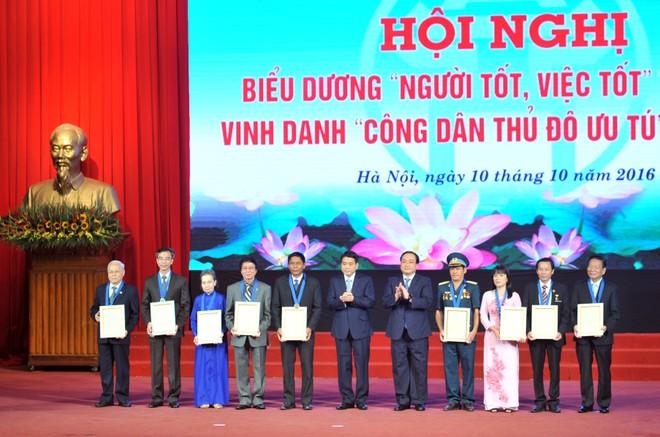 Bí thư Thành ủy Hoàng Trung Hải và Chủ tịch UBND TP Nguyễn Đức Chung vinh danh 9 công dân Thủ đô ưu tú 2016