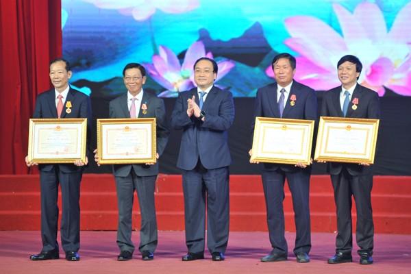 Bí Thư thành ủy Hà Nội Hoàng Trung Hải trao phần thưởng cao quý của Chủ tịch nước cho các đồng chí nguyên lãnh đạo TP Hà Nội