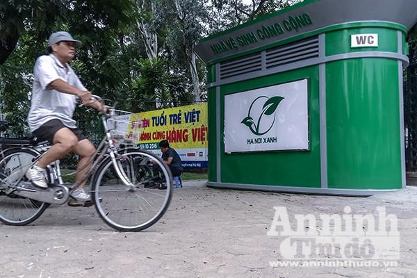 Mẫu nhà vệ sinh công cộng để 1.000 nhà vệ sinh công cộng khắp TP đang được lắp tạm phía trước cửa Công viên Thống nhất, đường Trần Nhân Tông, quận Hai Bà Trưng, Hà Nội. Mẫu này sẽ được UBDN TP duyệt trong thời gian tới.
