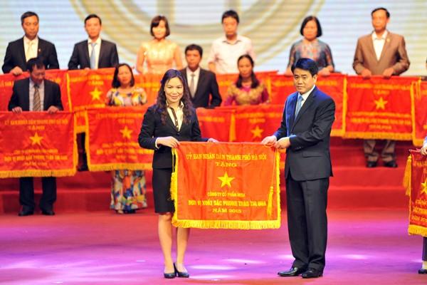 Chủ tịch UBND TP. Hà Nội Nguyễn Đức Chung trao cờ đơn vị xuất sắc dẫn đầu phong trào thi đua của UBND TP cho các doanh nghiệp