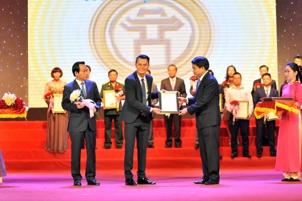 Chủ tịch UBND TP Nguyễn Đức Chung và Chủ tịch MTTQ Việt Nam TP Hà Nội Vũ Hồng Khanh trao bằng chứng nhận cho doanh nghiệp vì những đóng góp, hỗ trợ nhà ở với người có công