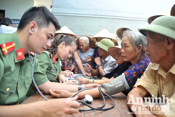 Các bác sỹ Bệnh viện CATP khám bệnh cho người dân Quảng Sơn
