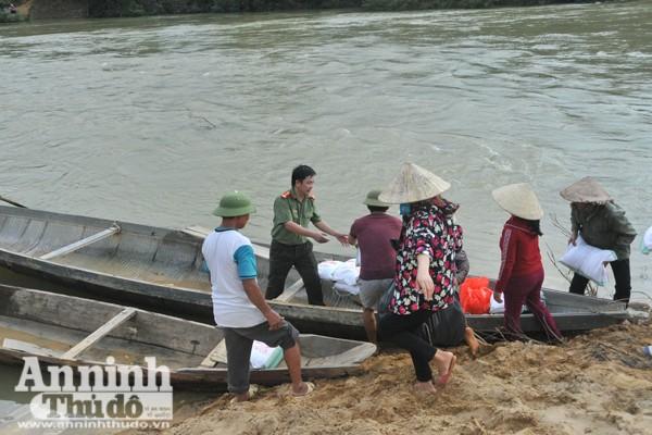 """Vận chuyển phần quà là các nhu yếu phẩm vào """"ốc đảo"""" Phú Nguyên, huyện Tuyên Hóa, Quảng Bình"""
