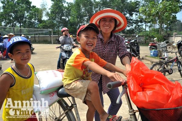 Vượt sông về với đồng bào rốn lũ Tuyên Hóa, Quảng Bình