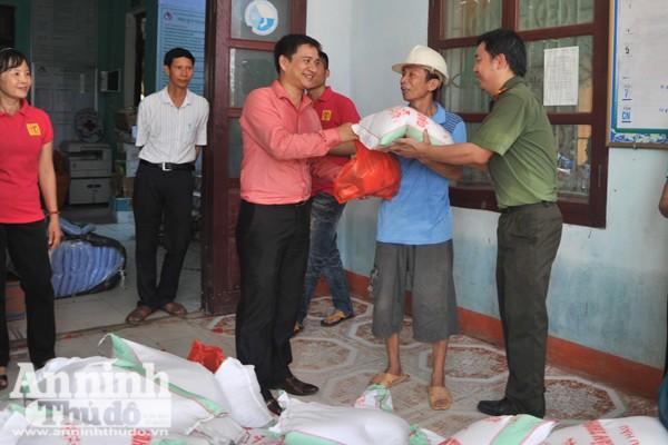 Đoàn công tác tặng 230 xuất quà cho người dân Quảng Sơn
