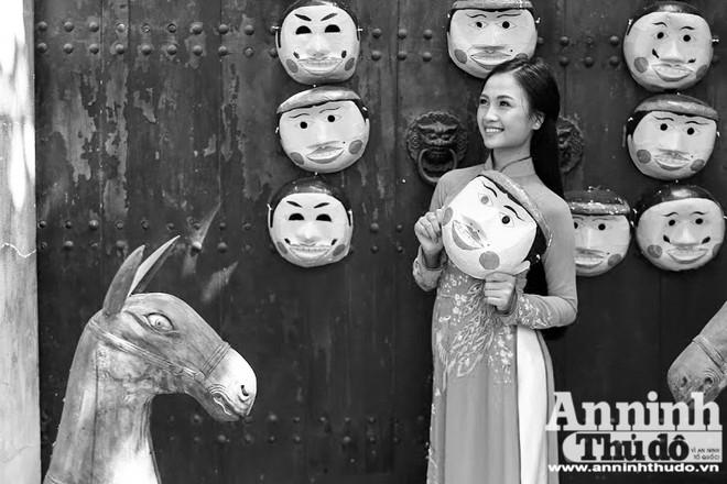 Nữ sinh bên mặt nạ giấy bồi truyền thống