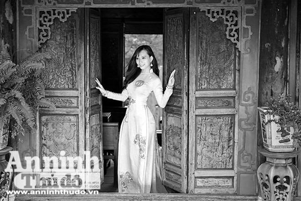 Hình ảnh tuyệt đẹp của nữ sinh bên khung cửa đầy nắng thu