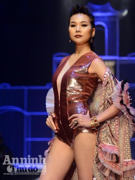 Ngắm Thanh Hằng, Tóc Tiên kiêu sa trên sân khấu Tuần lễ thời trang quốc tế Việt Nam Thu - Đông 2016 ảnh 3