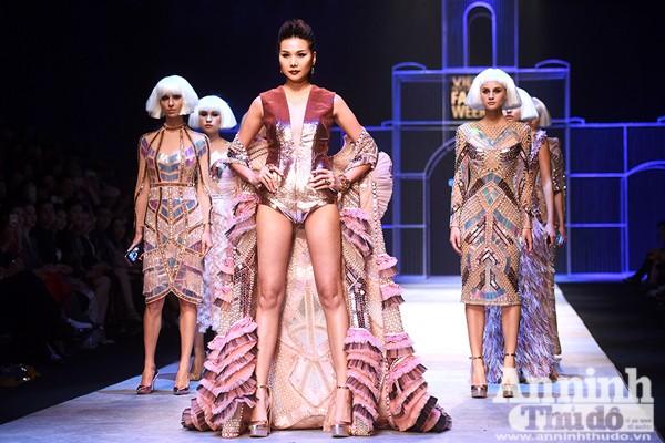 """Tối 2-11, siêu mẫu Thanh Hằng đã khẳng định đẳng cấp của mình với vai trò vedette trong bộ sưu tập của NTK Công Trí mang tên """"Cô gái của kẻ lạ và tôi""""."""