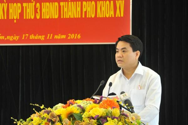 Chủ tịch UBND TP Nguyễn Đức Chung trao đổi với cử tri