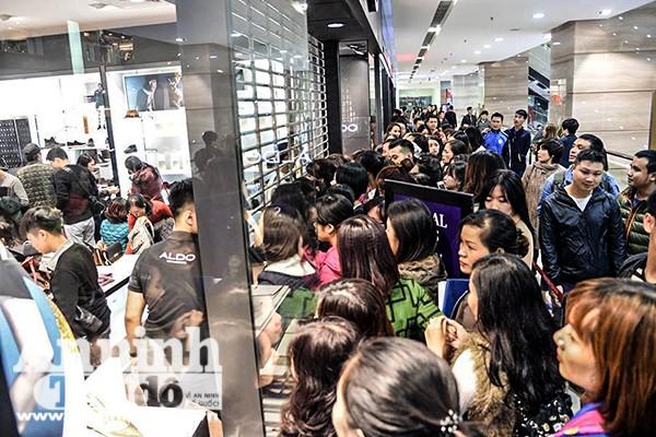 Mệt mỏi chen chân mua hàng hiệu giảm giá ngày Black Friday ảnh 2