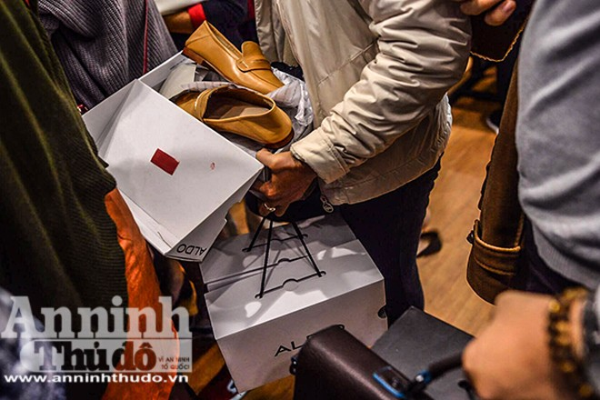Mệt mỏi chen chân mua hàng hiệu giảm giá ngày Black Friday ảnh 4