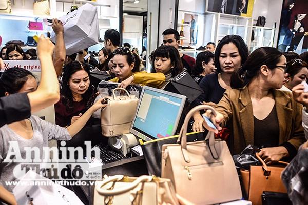 Mệt mỏi chen chân mua hàng hiệu giảm giá ngày Black Friday ảnh 8