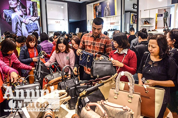 Mệt mỏi chen chân mua hàng hiệu giảm giá ngày Black Friday ảnh 6
