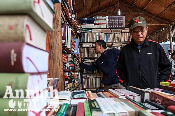 """Việc đi tìm sách cũ được ví như công cuộc """"tìm mua hoài niệm"""", """"đi tìm ký ức""""..."""
