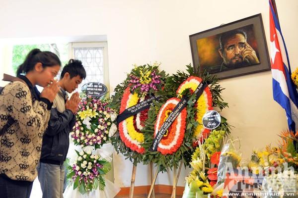 Công sở treo cờ rủ, người Hà Nội đặt hoa tưởng nhớ lãnh tụ Fidel Castro ảnh 5