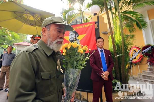 Công sở treo cờ rủ, người Hà Nội đặt hoa tưởng nhớ lãnh tụ Fidel Castro ảnh 6