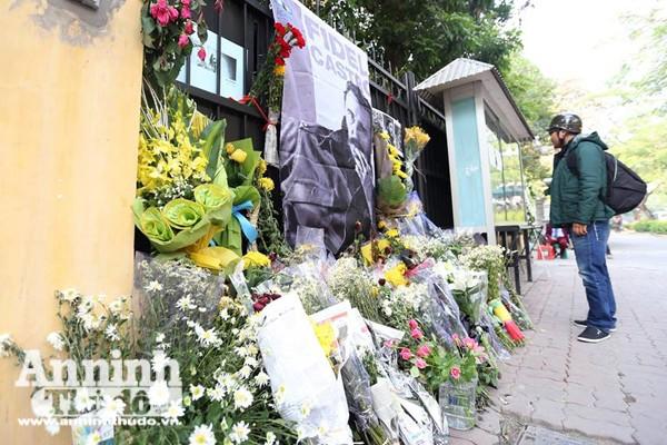 Công sở treo cờ rủ, người Hà Nội đặt hoa tưởng nhớ lãnh tụ Fidel Castro ảnh 4