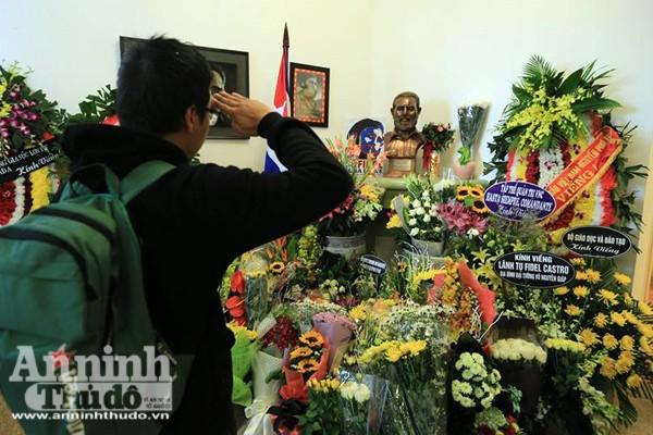 Công sở treo cờ rủ, người Hà Nội đặt hoa tưởng nhớ lãnh tụ Fidel Castro ảnh 8