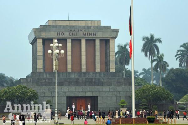 Từ sáng sớm, quốc kỳ trước cửa Lăng Chủ tịch Hồ Chí Minh đã được treo rủ. Hôm nay 4-12, Việt Nam tổ chức Quốc tang dành cho lãnh tụ Cuba Fidel Castro, người bạn lớn, người đồng chí, anh em gần gũi và thân thiết của Đảng, Nhà nước và nhân dân Việt Nam.