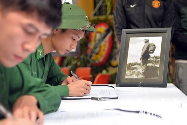 Công sở treo cờ rủ, người Hà Nội đặt hoa tưởng nhớ lãnh tụ Fidel Castro ảnh 7