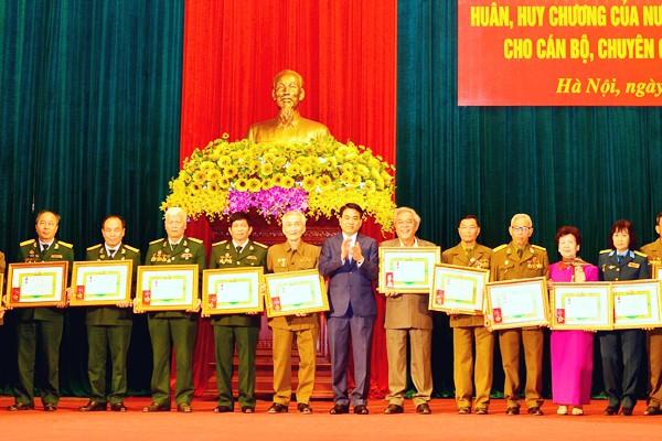 Chủ tịch UBND TP Hà Nội Nguyễn Đức Chung trao tặng Huân chương của Nhà nước CHDCND Lào cho các cựu chiến binh quân tình nguyện tại Lào