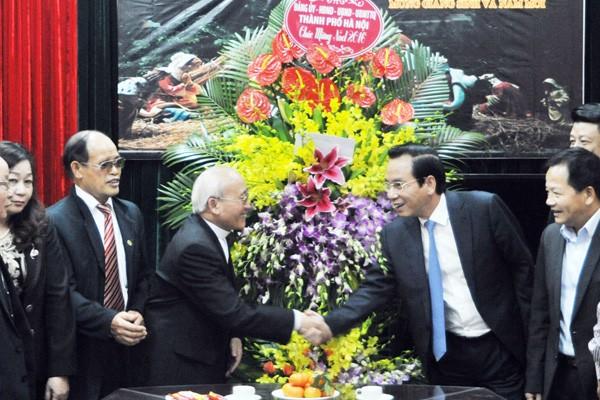 Chủ tịch Ủy ban MTTQ Việt Nam TP Hà Nội Vũ Hồng Khanh tặng hoa chúc mừng Ủy ban Đoàn kết Công giáo thành phố