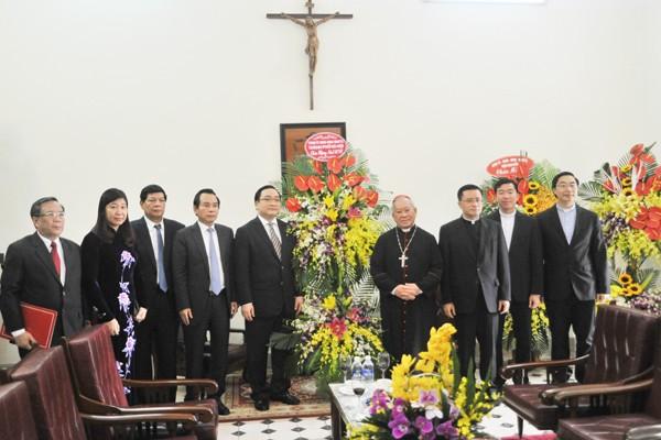 Bí thư Thành ủy Hà Nội Hoàng Trung Hải tặng lẵng hoa chúc mừng Hồng Y Phêrô Nguyễn Văn Nhơn, các linh mục, tu sĩ