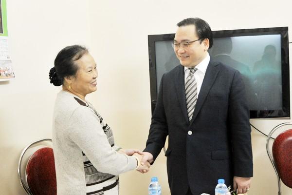Bí thư Thành ủy Hoàng Trung Hải thăm hỏi, tặng quà bà Nguyễn Thị Bích và gia đình - gia đình giáo dân tiêu biểu