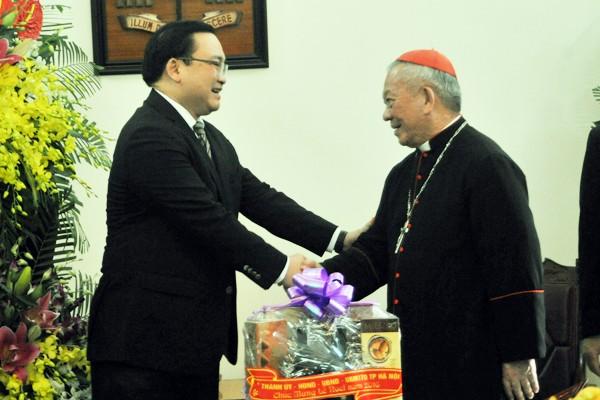 Hồng Y Phêrô Nguyễn Văn Nhơn - Tổng Giám mục Tổng Giáo phận Hà Nội trân trọng đón tiếp Bí thư Thành ủy Hà Nội Hoàng Trung Hải