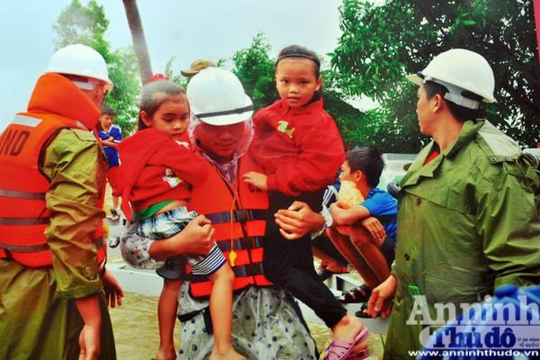 Công an Phú Yên giúp dân vùng ngập lụt