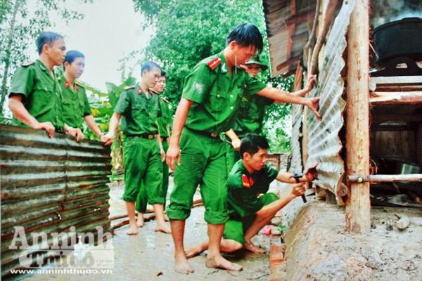 Cán bộ, chiến sỹ Công an tỉnh Long An sửa chữa nhà giúp dân