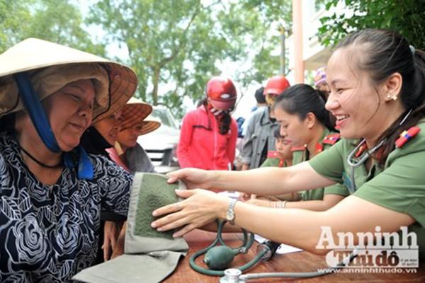 Y, bác sỹ Bệnh viện CATP Hà Nội phối hợp cùng Báo An ninh Thủ đô tổ chức khám chữa bệnh, phát thuốc miễn phí ở vùng bị ngập nặng tỉnh Quảng Bình