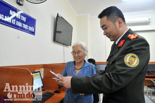 Hướng dẫn người dân kê khai trực tuyến tại Phòng Quản lý xuất nhập cảnh, CATP Hà Nội