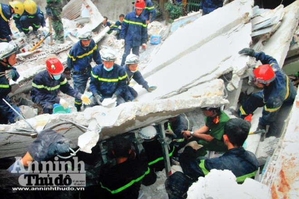 CATP Hà Nội và Cảnh sát PCCC Hà Nội tham gia cứu hộ tại vụ sập nhà ở phố Cửa Bắc