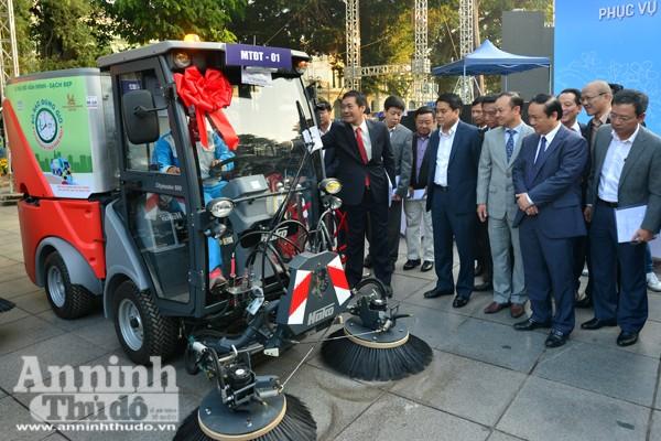 Chủ tịch UBND TP Hà Nội Nguyễn Đức Chung cùng các đồng chí lãnh đạo kiểm tra xe hút bụi chuyên dụng