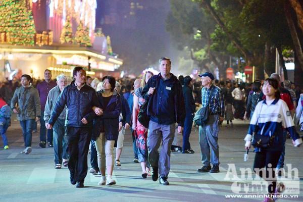 Người cao tuổi, thanh niên, khách nước ngoài đều đổ về hồ Gươm
